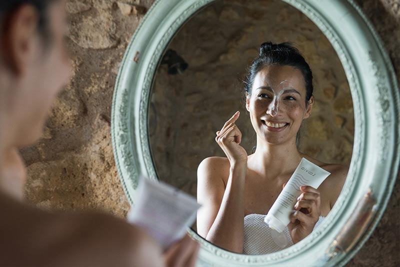 Ragazza applica sul viso la Crema Magra per Dermatite Atopica Laevia