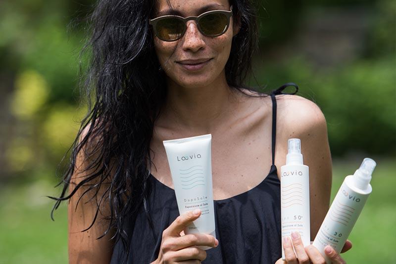 Ragazza tiene in mano i prodotti del Kit Solare A Laevia