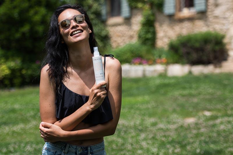 Ragazza tiene in mano la Protezione Solare SPF50+ Laevia