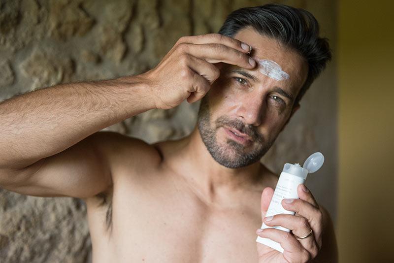 Uomo applica sul viso la Crema Fase Acuta per Dermatite Seborroica di Laevia
