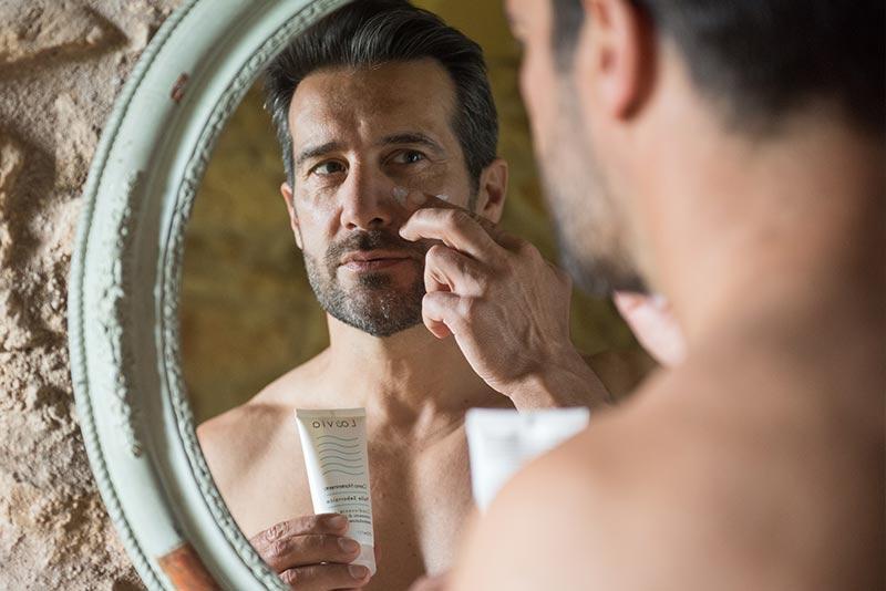 Uomo applica sul viso la Crema Mantenimento per dermatite seborroica Laevia