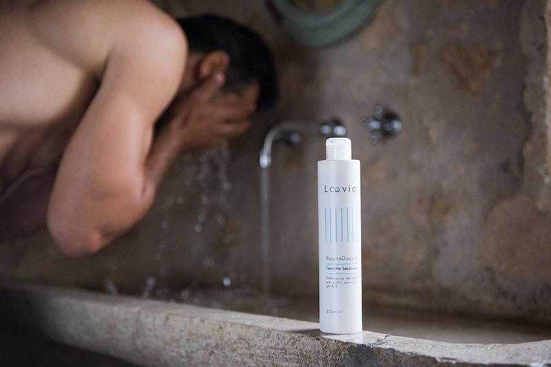 Uomo si lava il viso con il Bagnodoccia per Dermatite Seborroica di Laevia